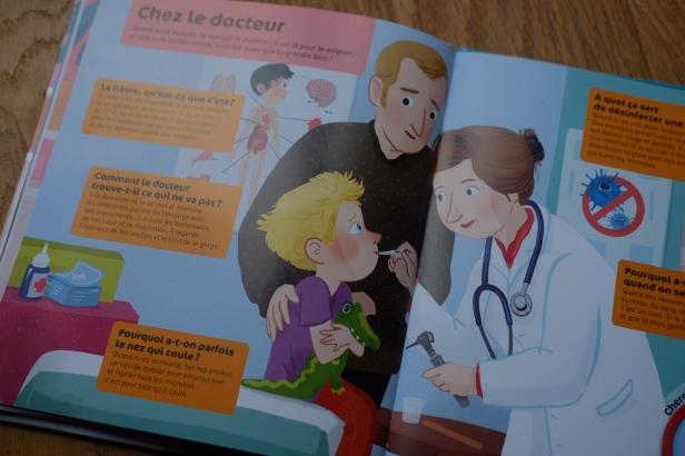 Chez le docteur, c'est un papa qui accompagne son enfant chez une docteure.